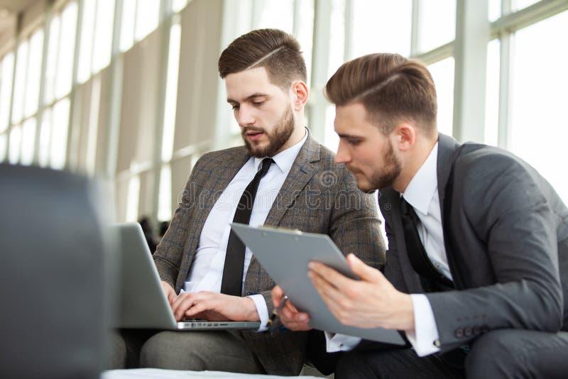 женский мужчина моделирует одно снял совместно 2 работая Обсуждение команды дела встречая корпоративную концепцию стоковые изображения