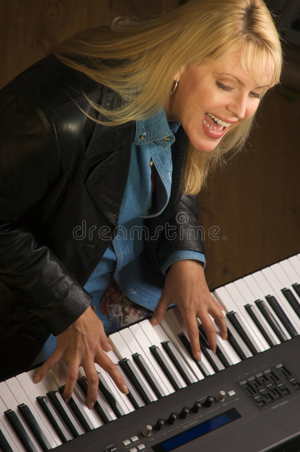 женский музыкант выполняет стоковые изображения rf