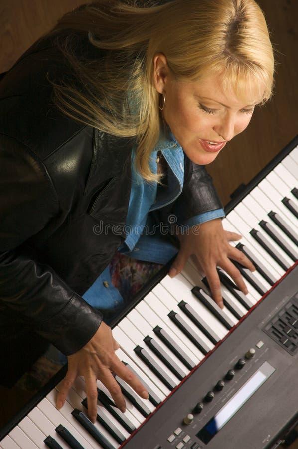 женский музыкант выполняет Стоковая Фотография