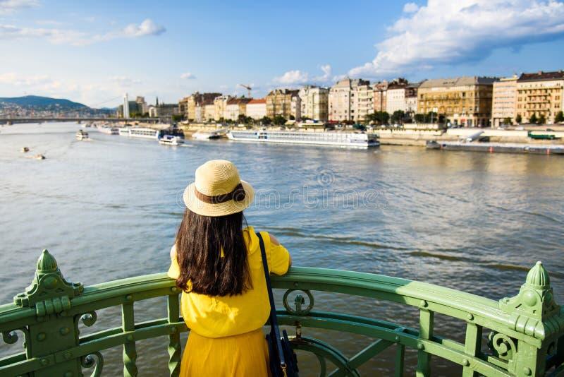 Женский наслаждаясь взгляд Будапешта от моста стоковые изображения