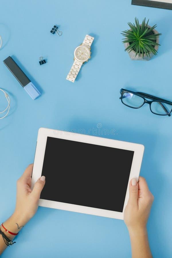 Женский настольный компьютер Рука взгляда настольного компьютера дела женская используя таблетку стоковое фото