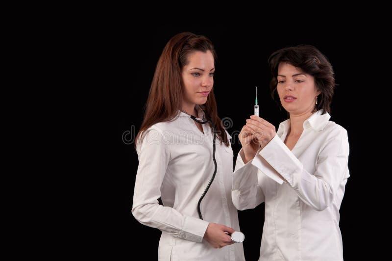Женский доктор и медсестра подготавливая дать впрыску стоковая фотография rf