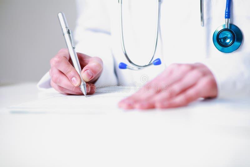 Женский доктор писать рецепт стоковое фото