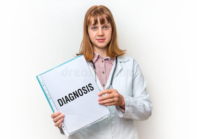Женский доктор показывая доску сзажимом для бумаги с письменным текстом: Диагноз стоковое изображение