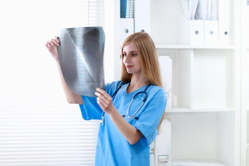 Женский доктор показывая рентгеновский снимок на больнице стоковые фотографии rf