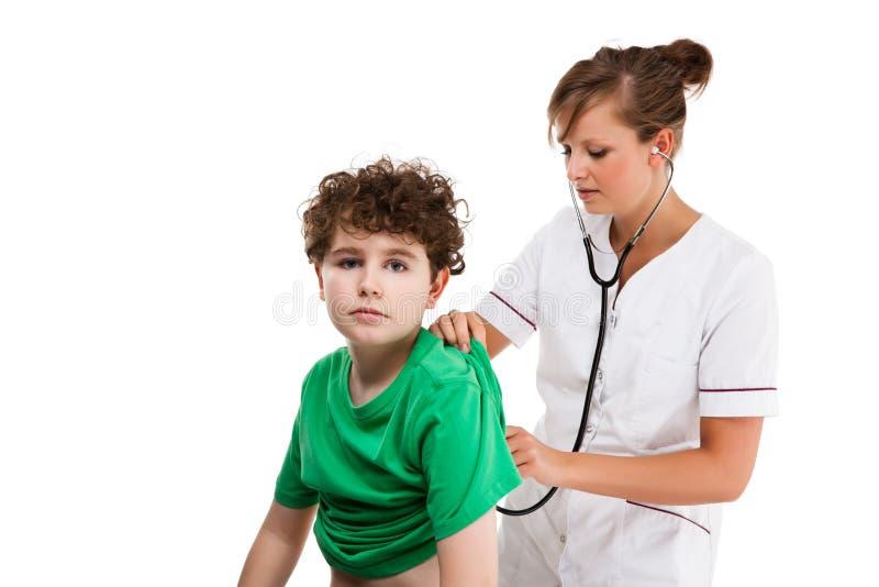 Мальчик врача рассматривая изолированный на белой предпосылке стоковые изображения rf