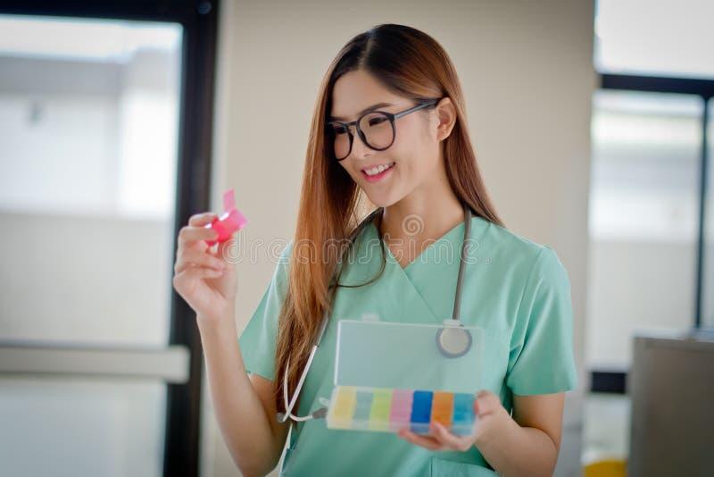 Женский доктор с лекарством стоковое фото rf