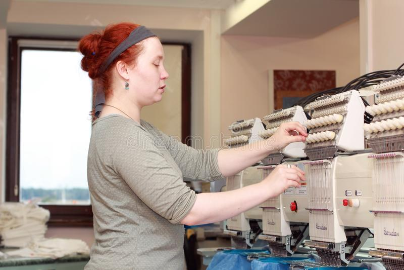 Женский оператор автоматических машин вышивки стоковая фотография rf