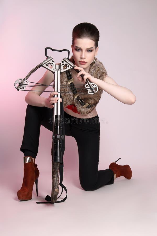 Женский охотник с арбалетом стоковые изображения