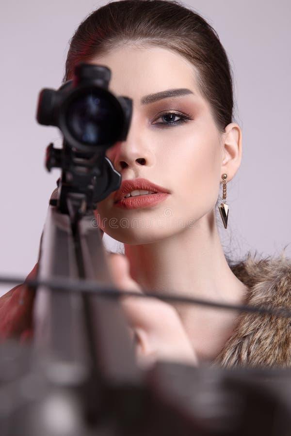 Женский охотник с арбалетом стоковая фотография