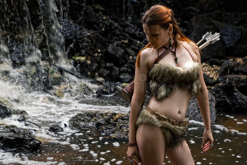 Женский охотник с колчаном в лесе стоковые фото