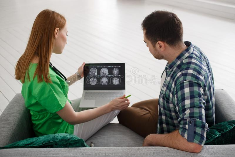 Женский пациент доктора и мужчины смотря концепцию здравоохранения, медицинских и радиологии концепции MRI стоковое фото rf