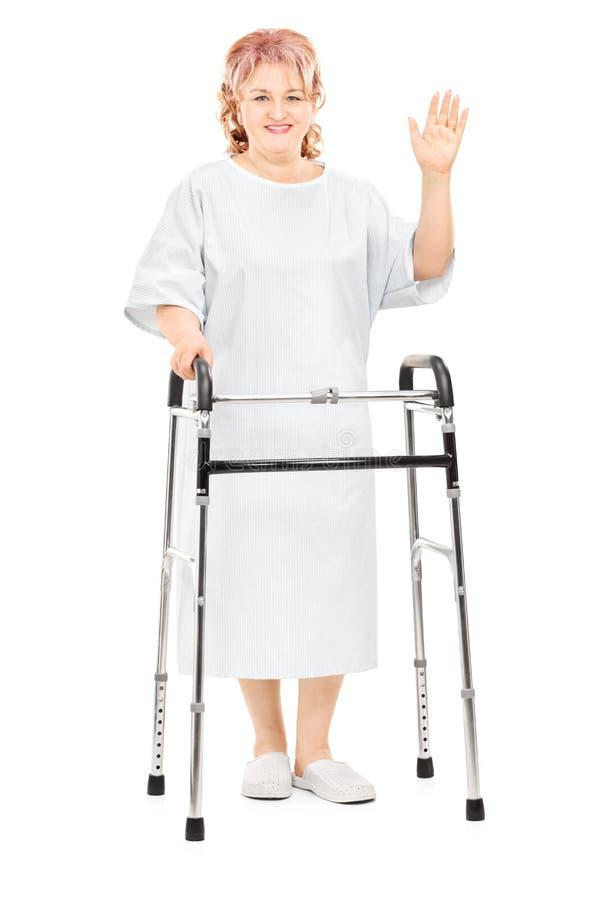 Женский пациент при ходок развевая с рукой стоковое изображение