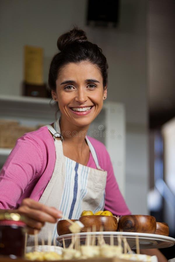Женский персонал работая на счетчике в рынке стоковое фото rf