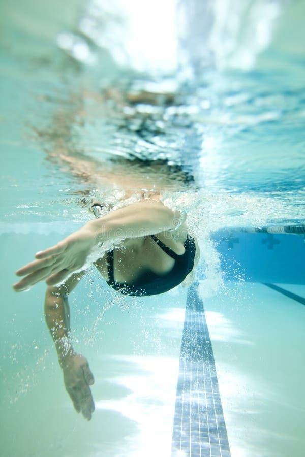 женский пловец подводный стоковая фотография rf