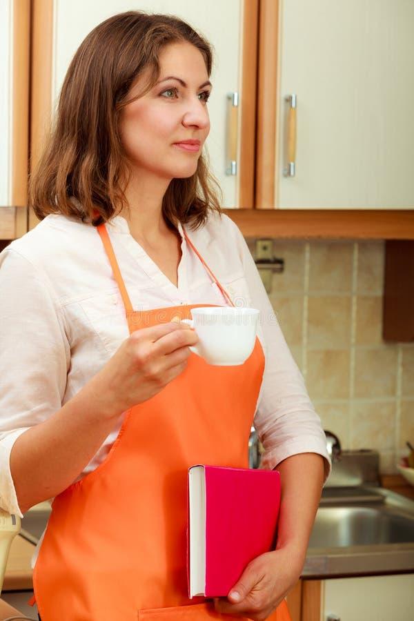 Женский повар ослабляя в кухне стоковые фотографии rf