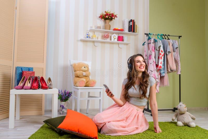 Женский подросток слушая к музыке стоковые изображения rf