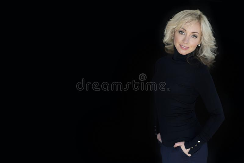 Женский портрет на черной предпосылке стоковая фотография rf