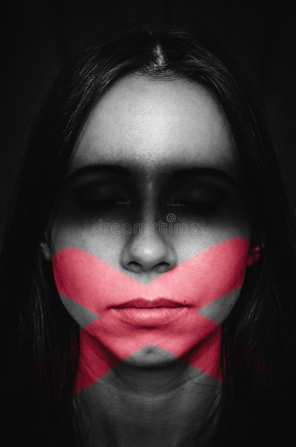 Женский портрет с признаками слепоты и молчания Понятие тихой жертвы дискриминации и женщины, которая предпочитает не смотреть стоковые изображения