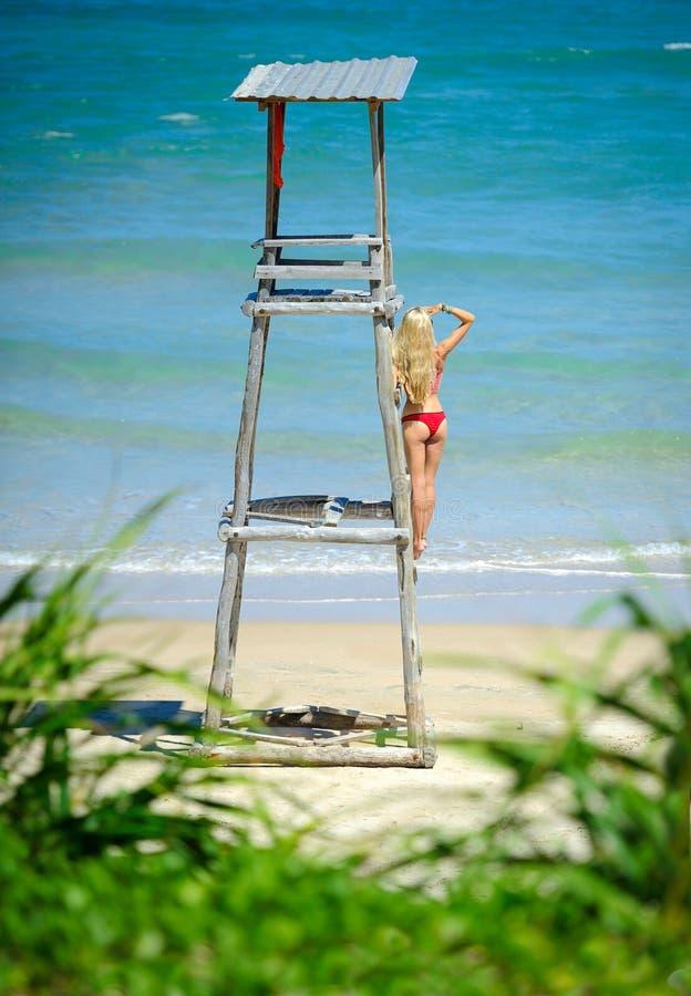 Женский предохранитель жизни на башне пляжа стоковые фотографии rf