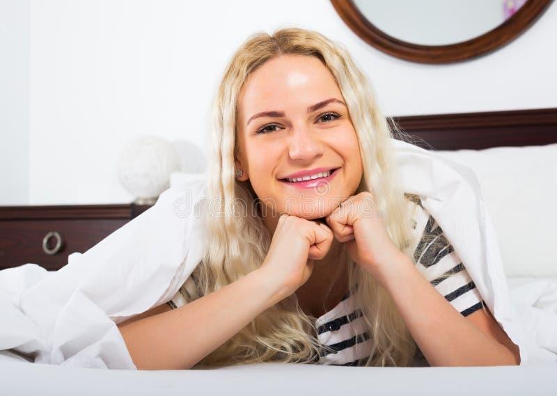 Женский представлять с striped pygamas стоковые фотографии rf