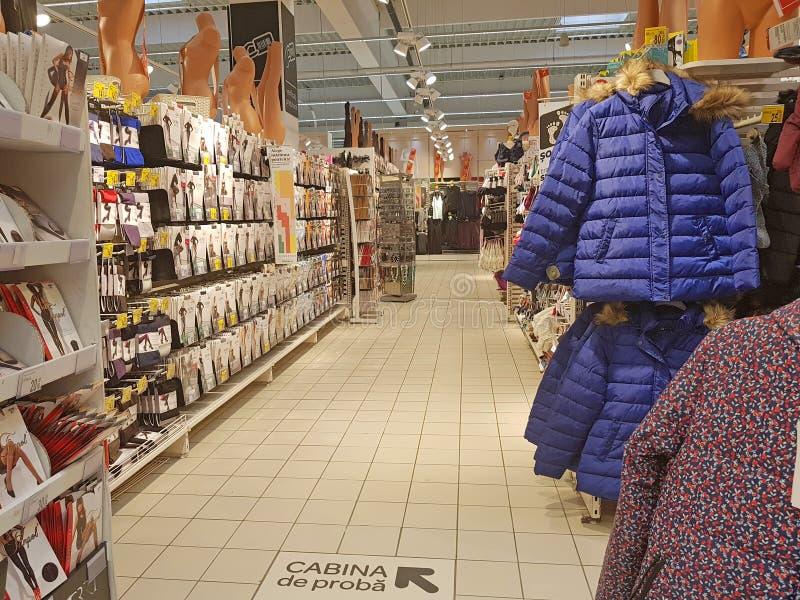 Женский проход магазина одежд и аксессуаров стоковые изображения