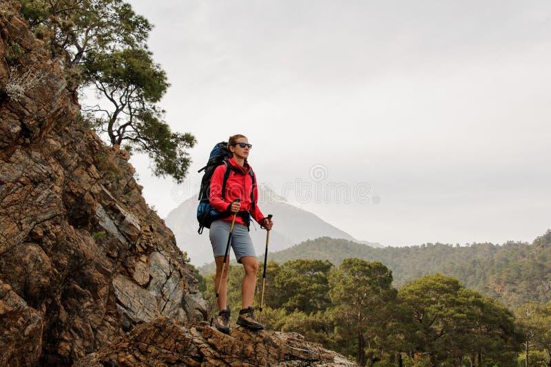 Женский путешественник на холмах на побережье стоковые фото