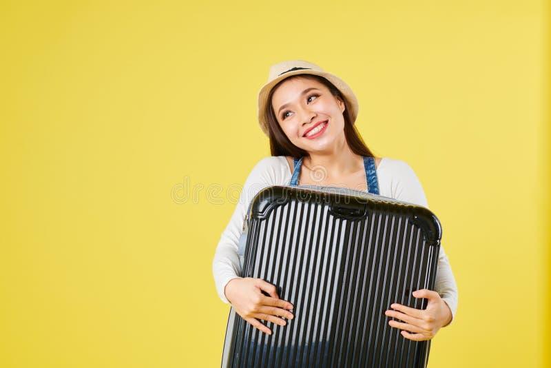 Женский путешественник обнимая чемодан стоковые фотографии rf