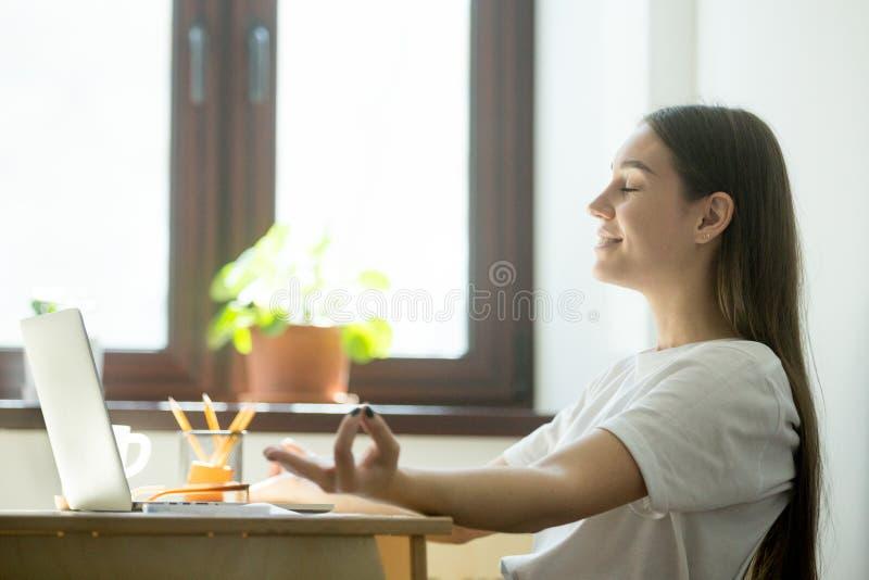 Женский работник ослабляя в офисе во время coffeebreak стоковая фотография