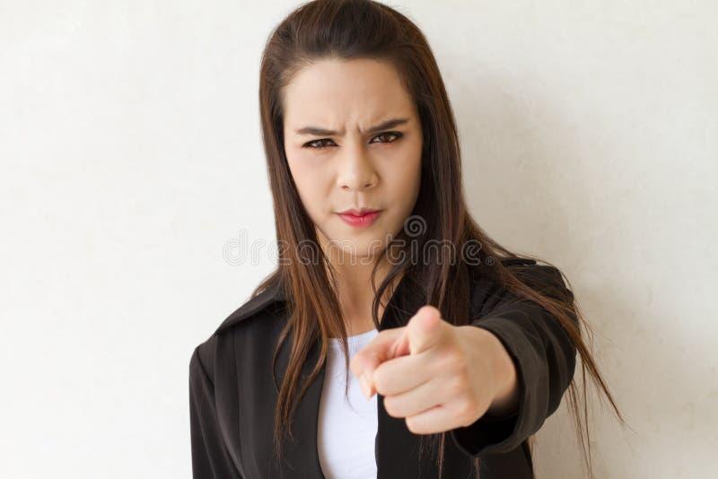 Женский руководитель бизнеса указывает ее палец к аудитории стоковая фотография