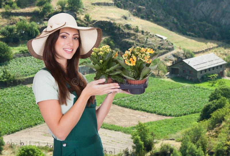 Женский садовник с цветком стоковые изображения