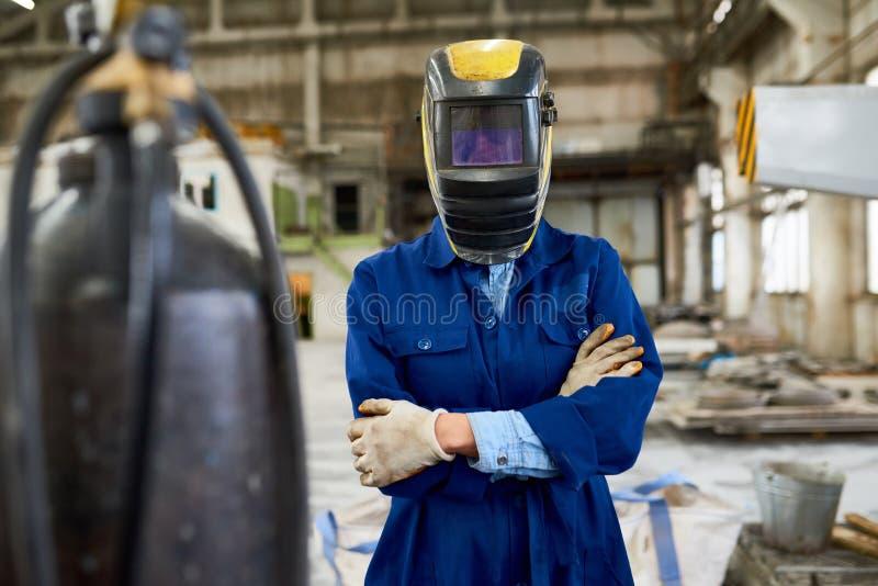 Женский сварщик представляя на фабрике стоковая фотография rf
