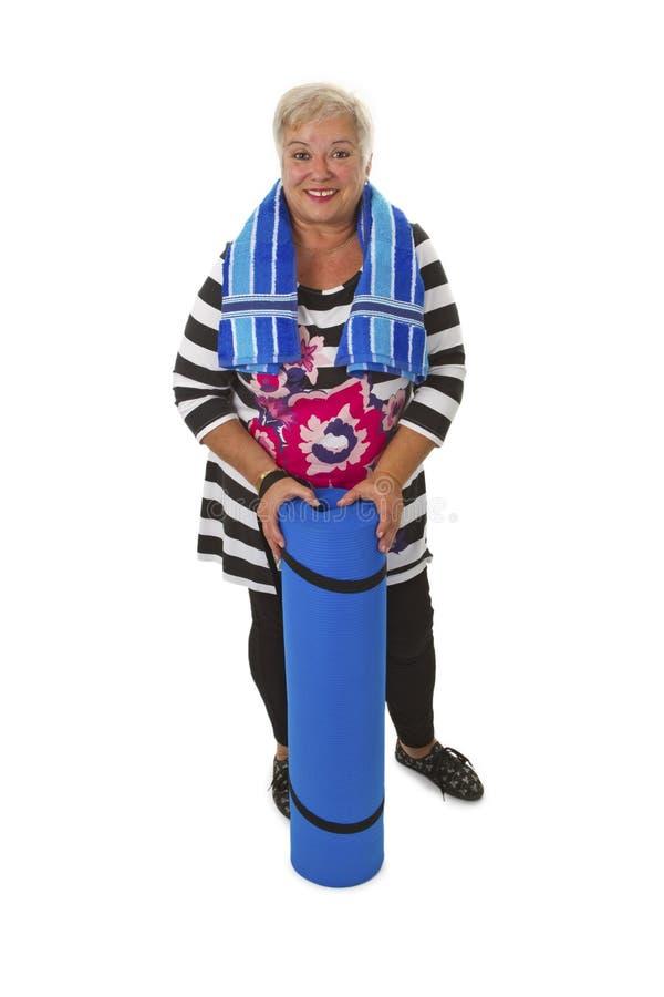 Download Женский старший с голубой циновкой спортзала Стоковое Изображение - изображение насчитывающей спорты, самомоднейше: 33727599