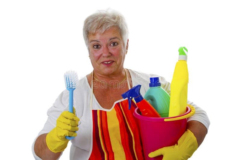 Женский старший с утварями чистки стоковые изображения rf