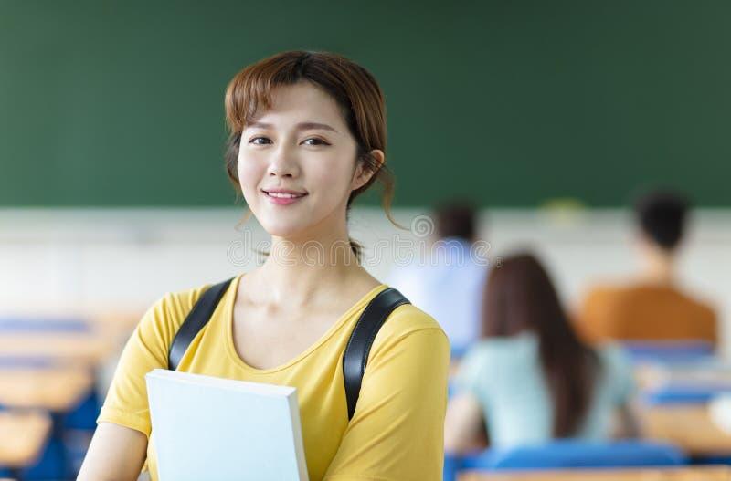 женский студент колледжа в классе стоковая фотография rf