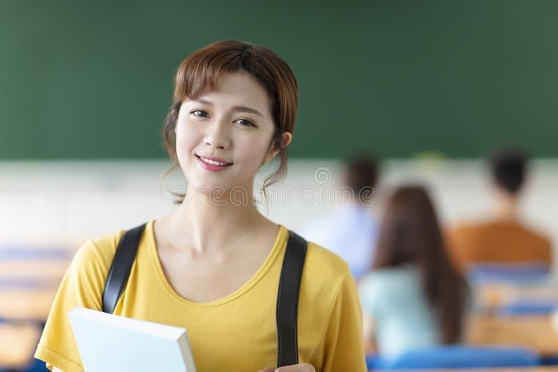 женский студент колледжа в классе стоковые фотографии rf