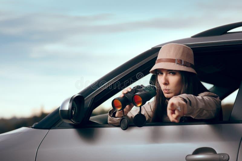 Женский сыщицкий шпионить с бинокулярным от автомобиля стоковые фотографии rf