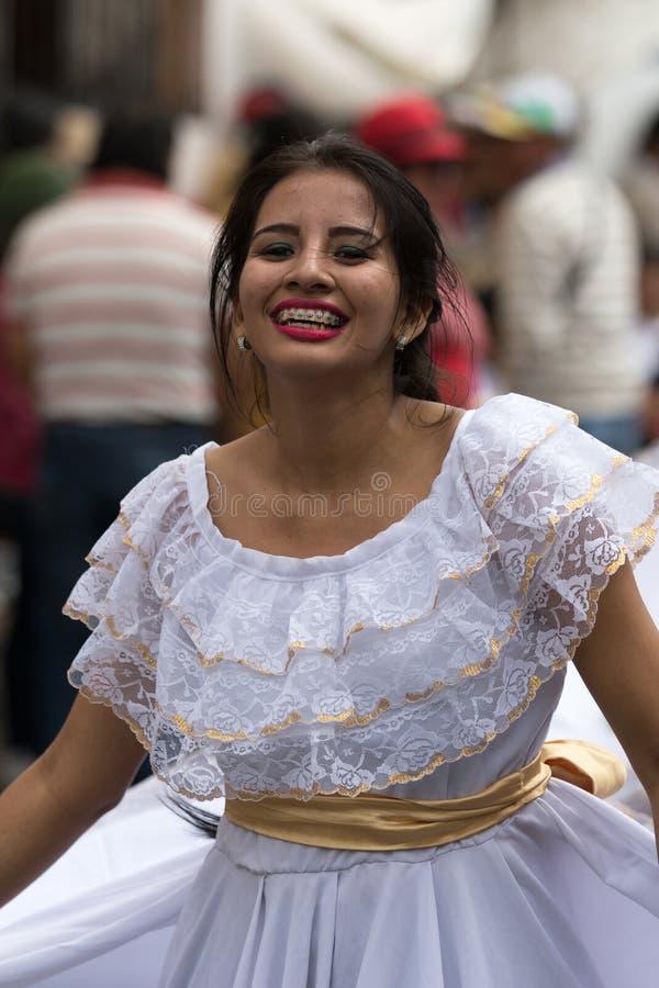 Женский танцор в колониальной одежде в эквадоре стоковые фото
