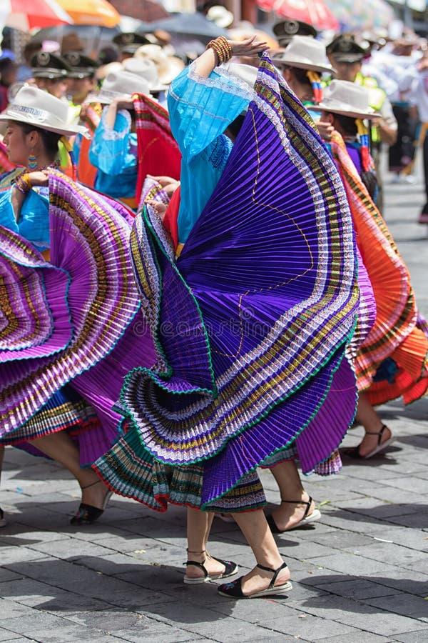 Женский танцор в ярком платье цвета в эквадоре стоковые фото