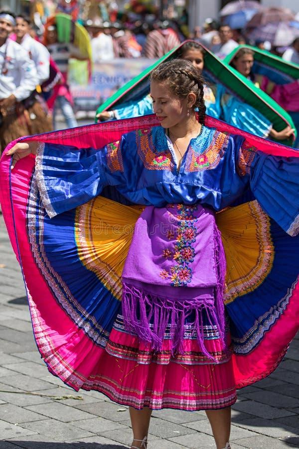 Женский танцор нося красочное платье стоковая фотография