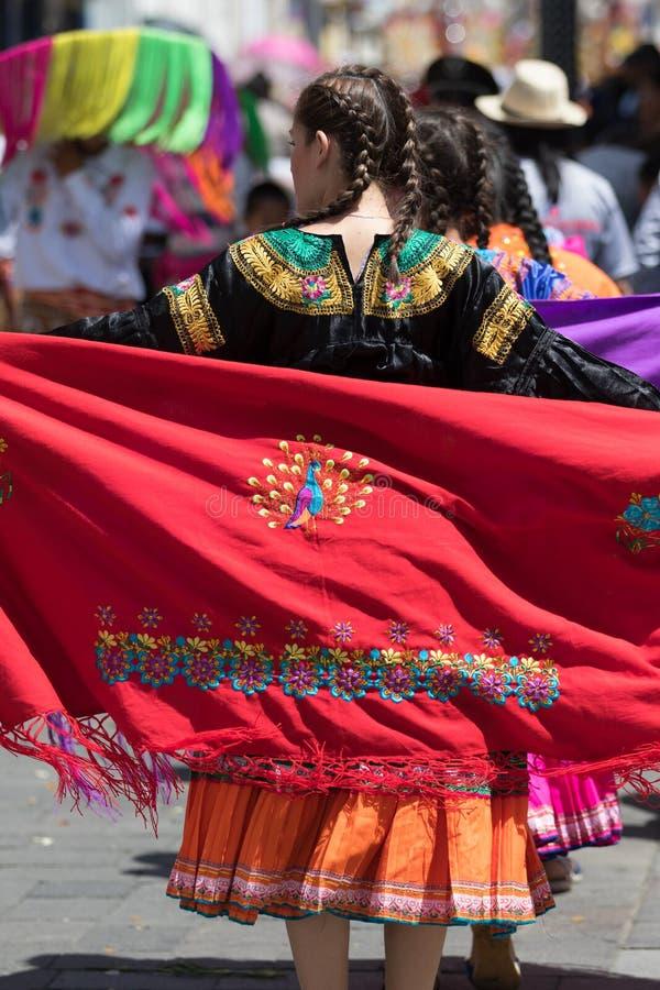 Женский танцор нося традиционное платье в эквадоре стоковое изображение