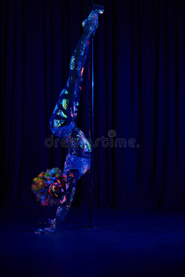 Женский танцор поляка в ярких неоновых цветах под ультрафиолетовым лучем стоковое изображение rf