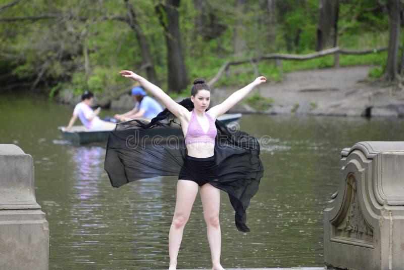 Женский танцор outdoors стоковое изображение