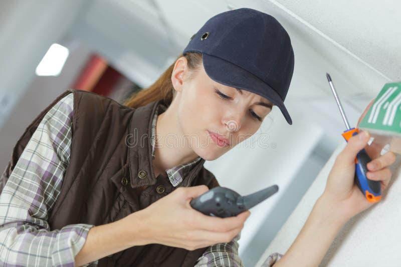Женский техник используя звуковое кино walkie стоковое изображение rf
