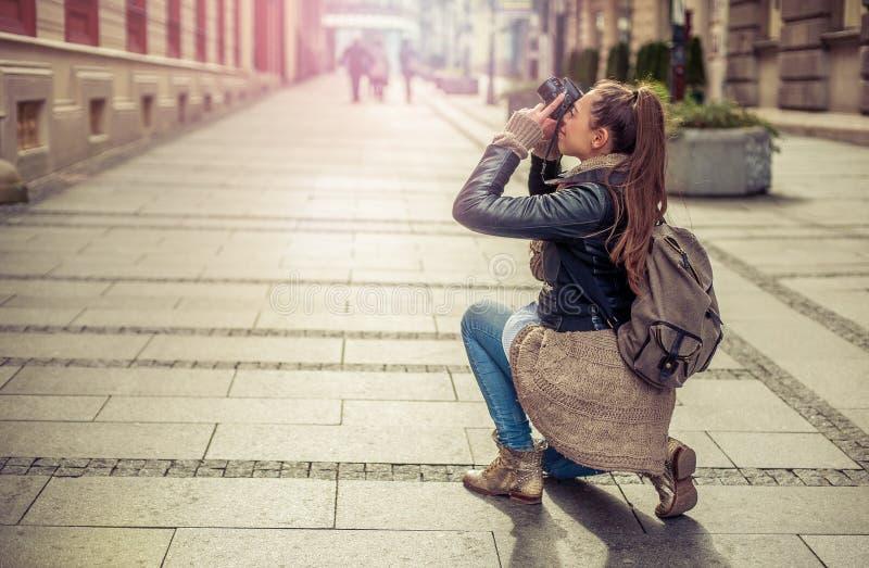 Женский туристский фотограф стоковые фото