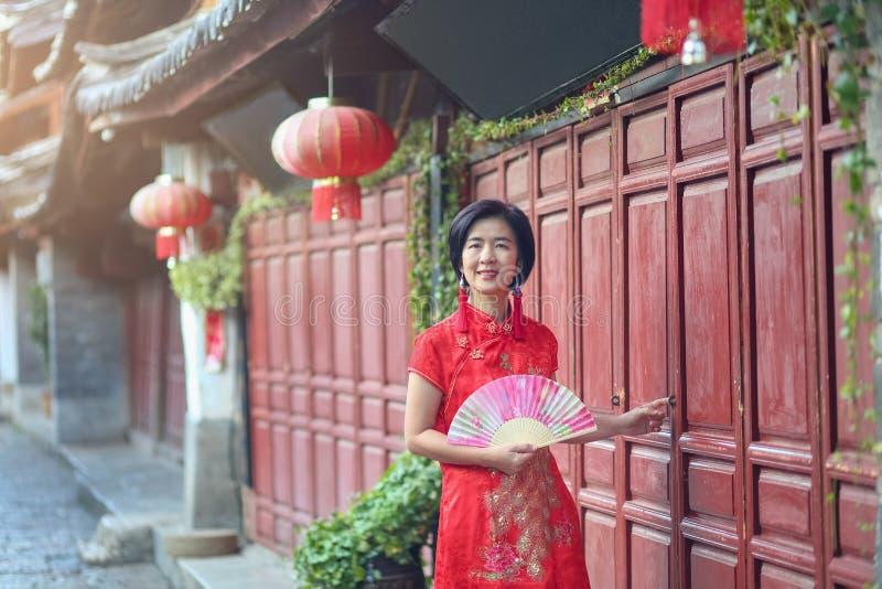 Женский турист с китайской традиционной одеждой в городке Lijiang старом, Юньнань, Китае стоковое изображение rf