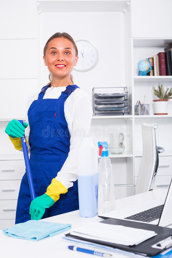 Женский уборщик с сыпней стоковая фотография