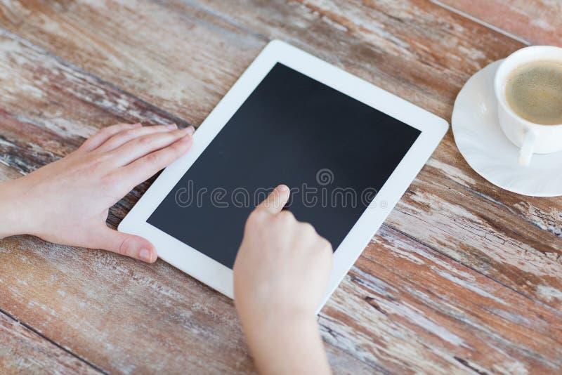 Женский указывая палец для того чтобы tablet экран ПК стоковые фото