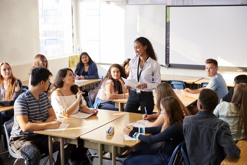 Женский урок таблицы студента учителя средней школы готовя уча стоковые фотографии rf