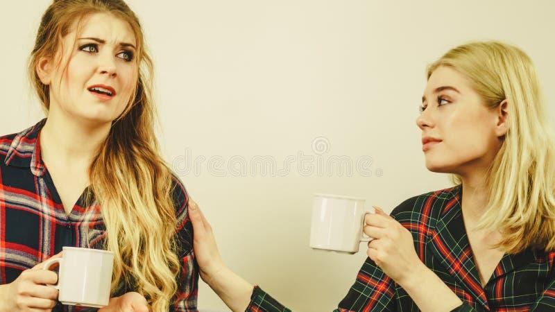 Женский утешающ ее друга стоковая фотография